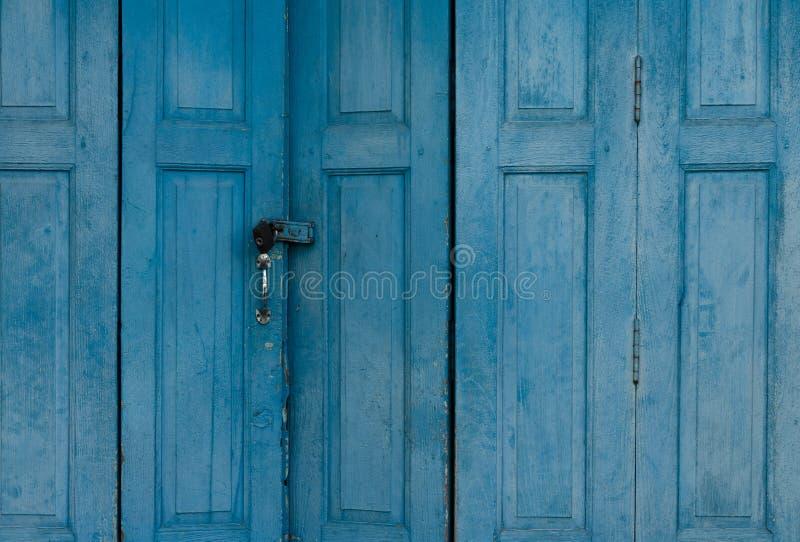 Puerta de madera azul cerrada Fondo del extracto de la puerta principal del vintage Casa vieja abandonada Vieja textura de madera imagenes de archivo
