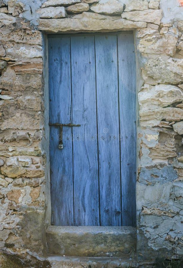 Puerta de madera azul r stica imagen de archivo imagen - Puerta rustica de madera ...