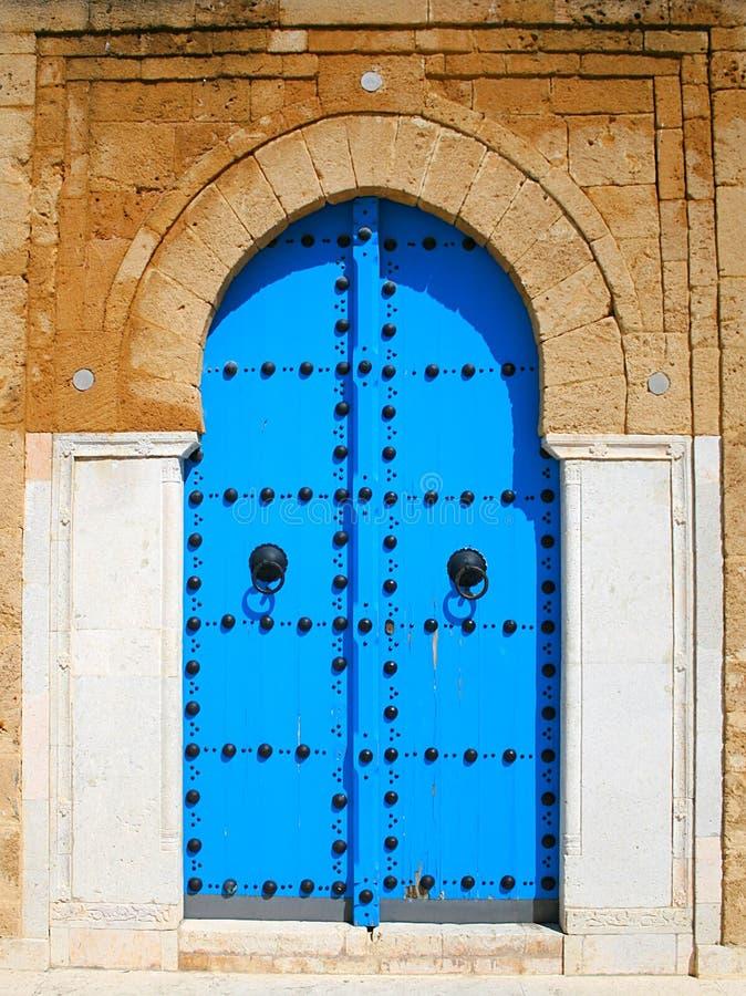Puerta de madera azul vieja en estilo árabe tunecino foto de archivo libre de regalías