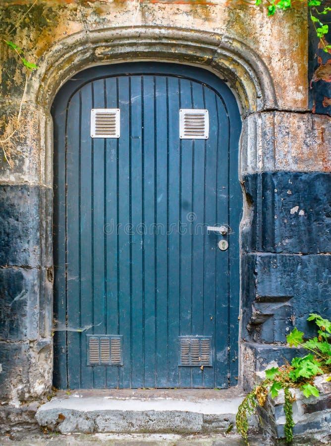Puerta de madera azul vieja en una casa vieja imágenes de archivo libres de regalías