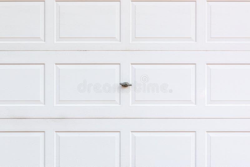 Puerta de madera blanca del garaje con la cerradura fotografía de archivo libre de regalías