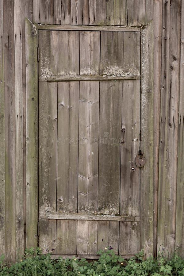 Puerta de madera bloqueada de una casa de madera vieja Textura de la madera fotografía de archivo libre de regalías