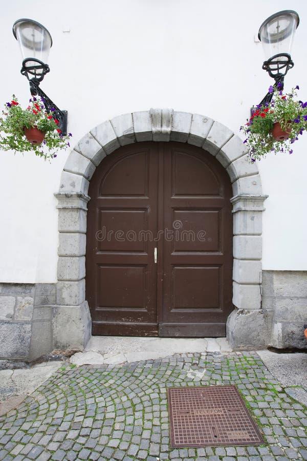 Puerta de madera cerrada de la casa, Zagreb, Croacia fotografía de archivo libre de regalías