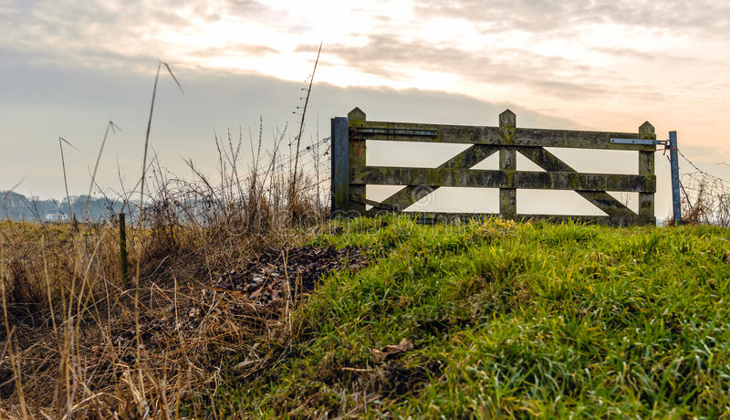 Puerta de madera cerrada encima del dique holandés foto de archivo