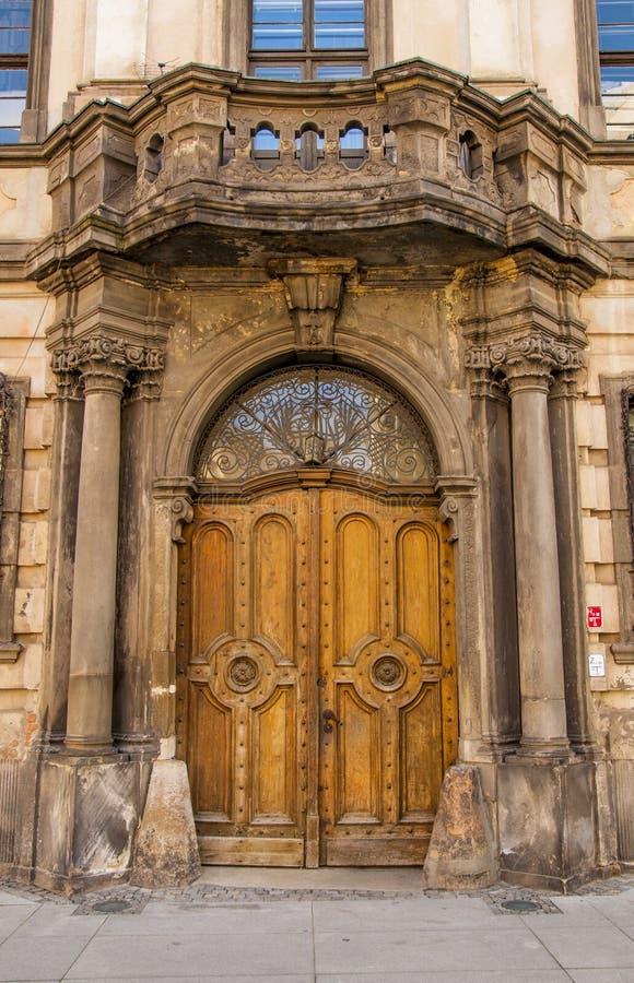 Puerta de madera cerrada vieja fotos de archivo libres de regalías