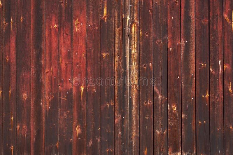 Puerta de madera coloreada viejo rojo fotos de archivo libres de regalías
