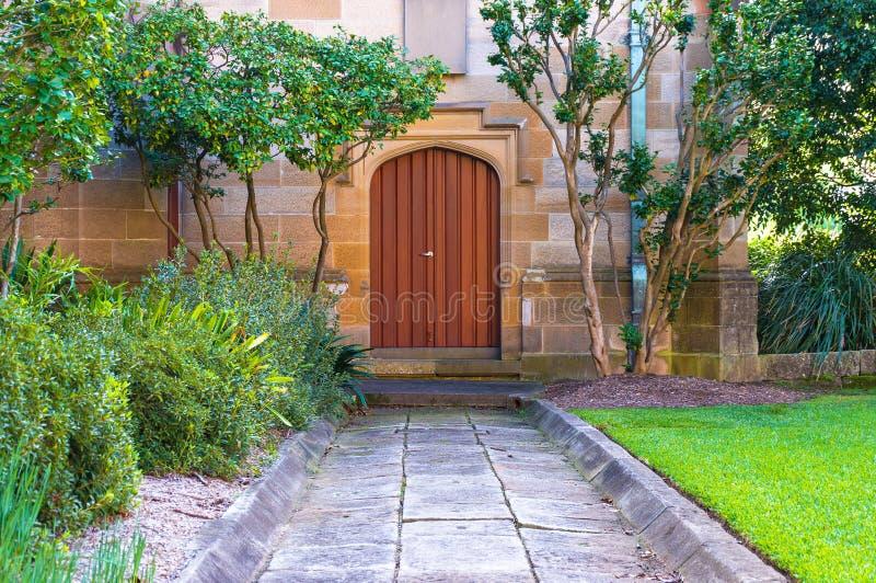 Puerta de madera colorida del arco imagenes de archivo