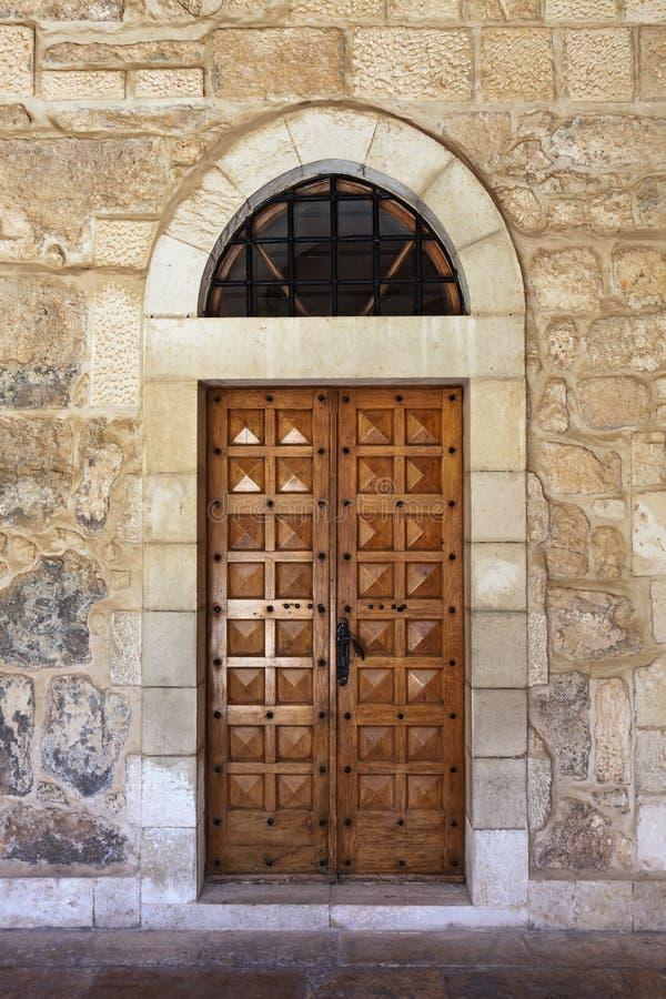 Puerta de madera con el arco curvado fotografía de archivo