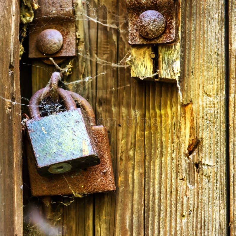 Puerta de madera con el bloqueo viejo imagenes de archivo