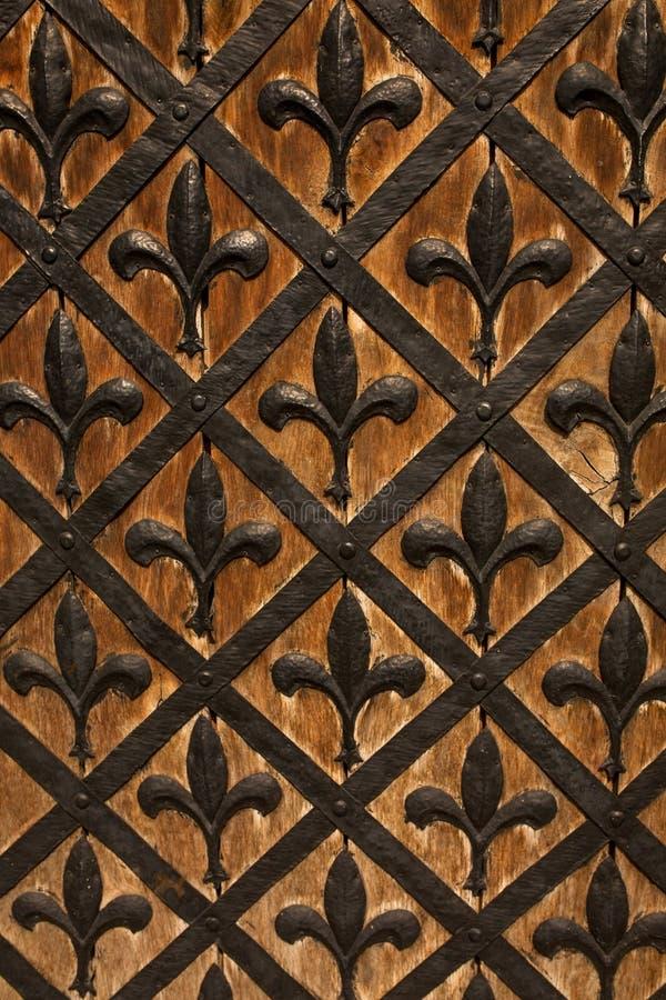 Puerta de madera con la forja del hierro imagen de archivo libre de regalías