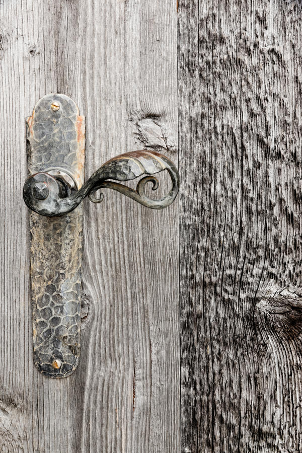 Puerta de madera con la manija del hierro. fotos de archivo