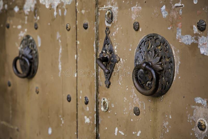 Puerta de madera con los golpeadores del metal foto de archivo libre de regalías