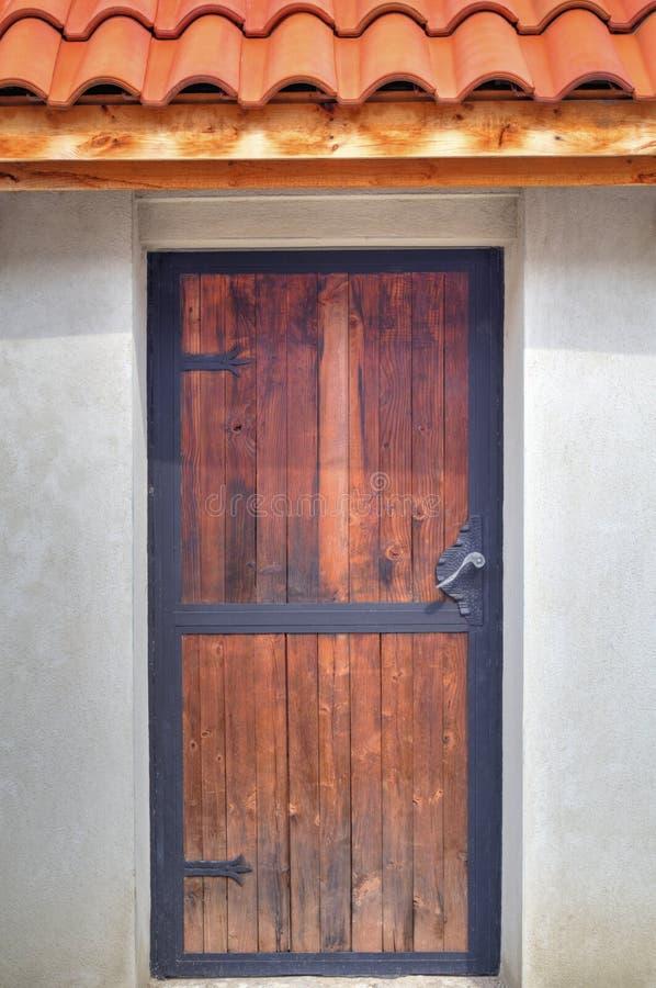 Puerta de madera con los ornamentos de metal foto de - Puertas de metal ...
