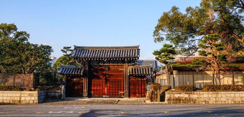 Puerta de madera de la capilla sintoísta en Kyoto fotografía de archivo libre de regalías