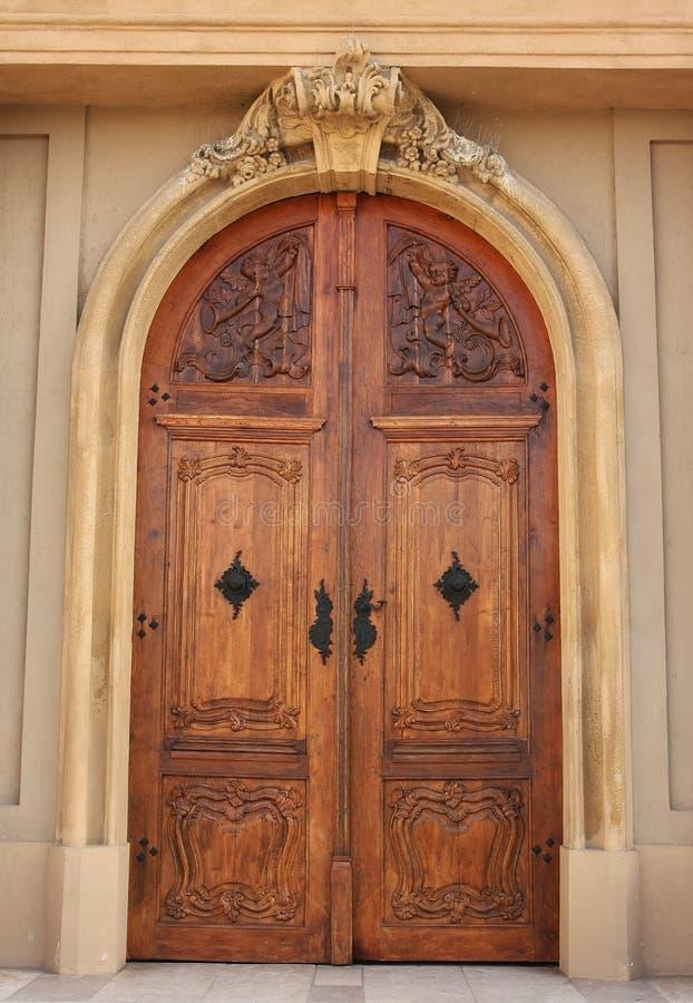 Puerta de madera de la iglesia imágenes de archivo libres de regalías