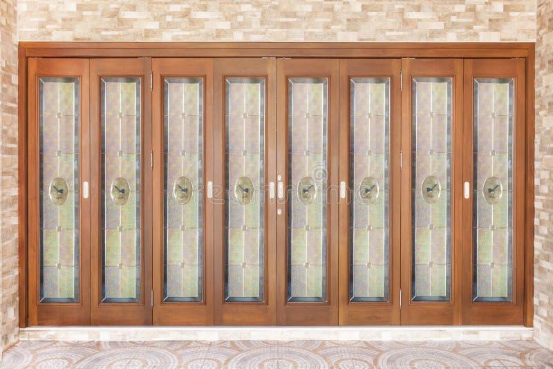 Puerta de madera de la teca con el espejo - fondo imagen de archivo