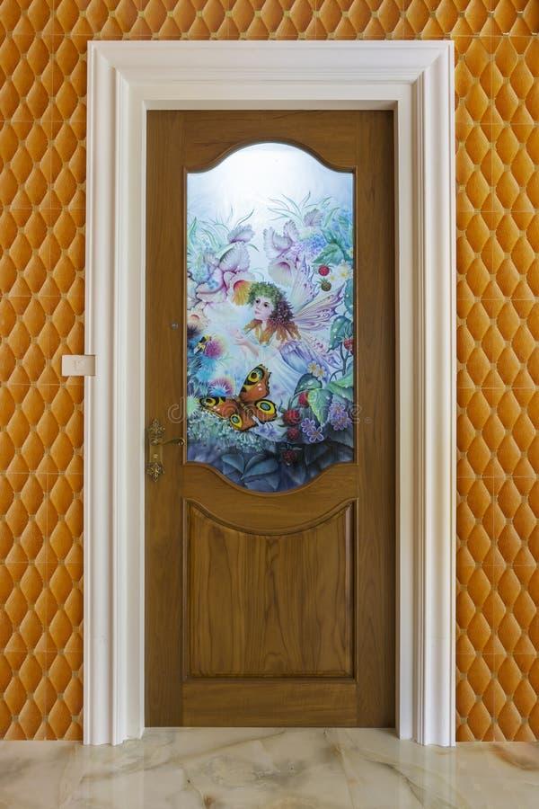 Puerta de madera de la teca con el vidrio del espejo - fondo fotos de archivo