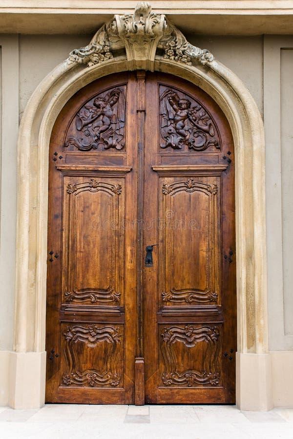 Puerta de madera de una iglesia foto de archivo