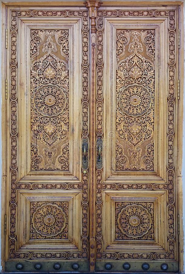 Puerta de madera del este con el ornamento Ornamento islámico foto de archivo libre de regalías