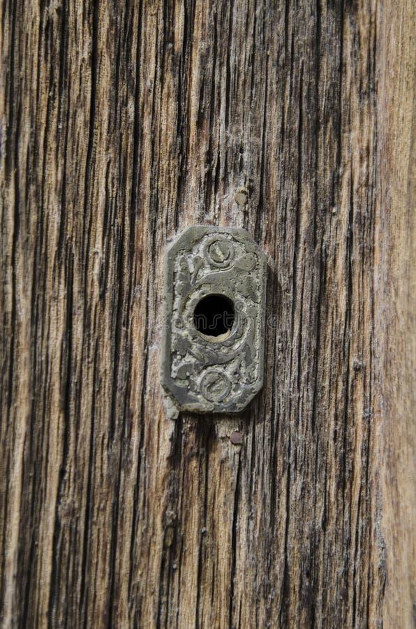 Puerta de madera del granero rústico del vintage con cierre para arriba en el ojo de la cerradura imágenes de archivo libres de regalías