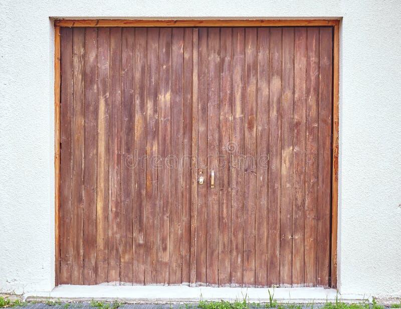 Puerta de madera del marrón del garaje imágenes de archivo libres de regalías