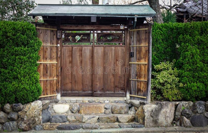 Puerta de madera del palacio antiguo en Kyoto, Japón imagenes de archivo