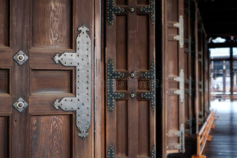 Puerta de madera del templo tradicional en Hongan-ji, Kyoto, Japón fotos de archivo