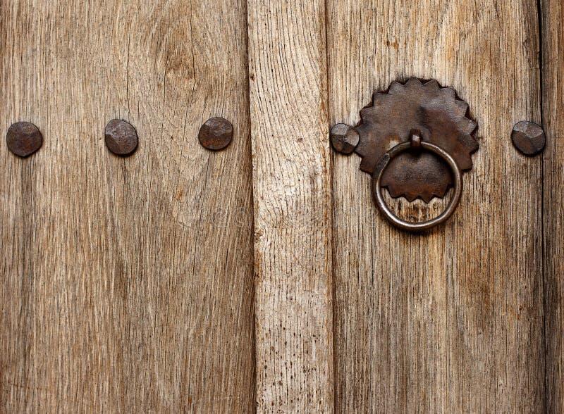 Puerta de madera del viejo estilo con el cierre imagen de archivo libre de regalías