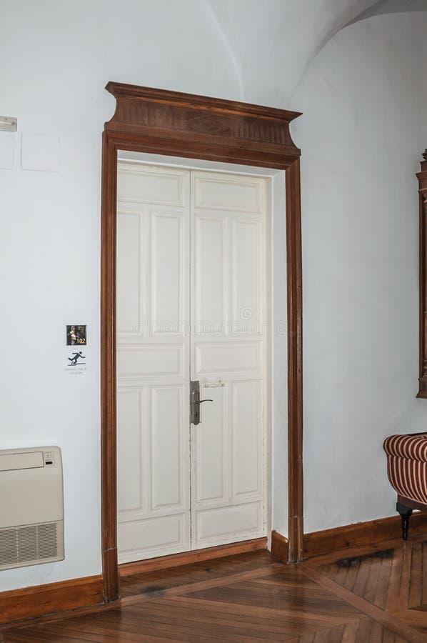 Puerta de madera del viejo estilo en hotel en un edificio histórico de Caceres foto de archivo libre de regalías