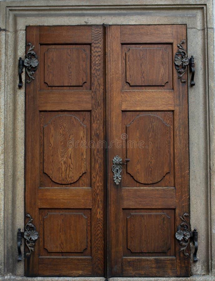 Puerta de madera del vintage con el botón y el ojo de la cerradura fotos de archivo