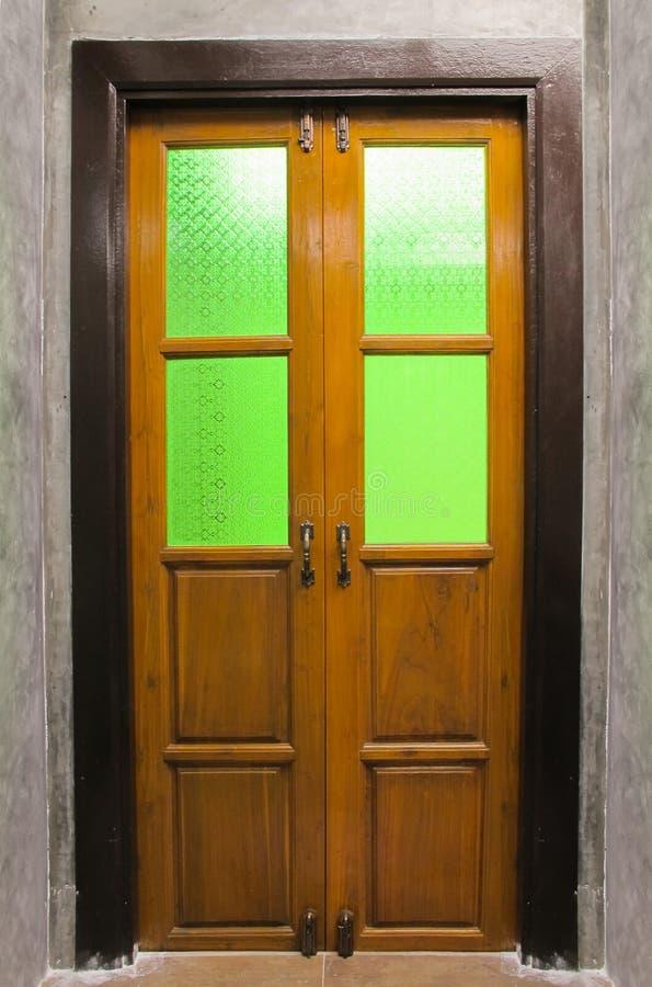 Puerta de madera del vintage con el vitral foto de archivo libre de regalías