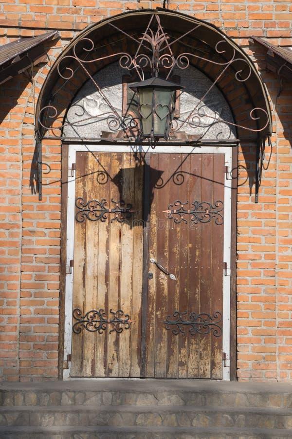 Puerta De Madera Del Vintage Con La Lámpara Metálica De La ...