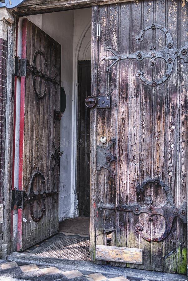 Puerta de madera doble medieval vieja imagenes de archivo