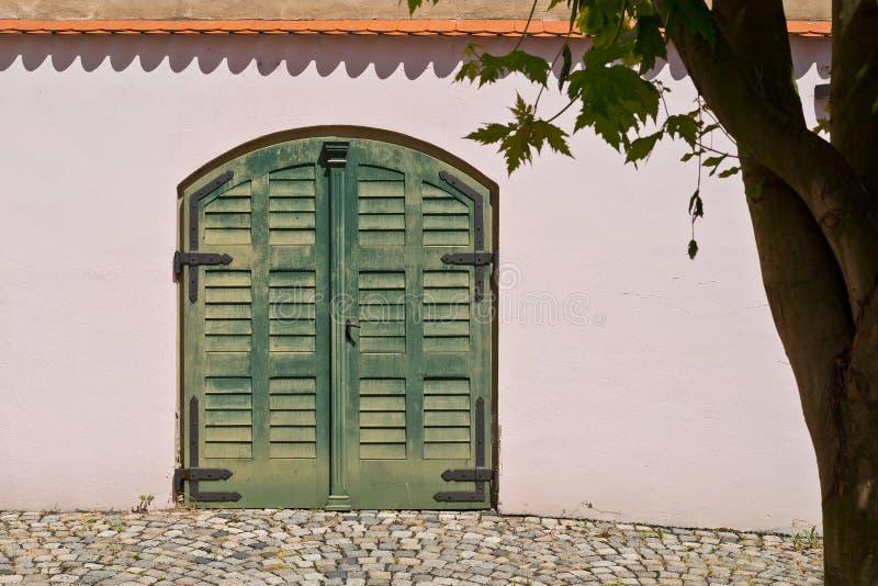 Puerta de madera en casa de la tienda del salto en la ciudad de Zatec foto de archivo