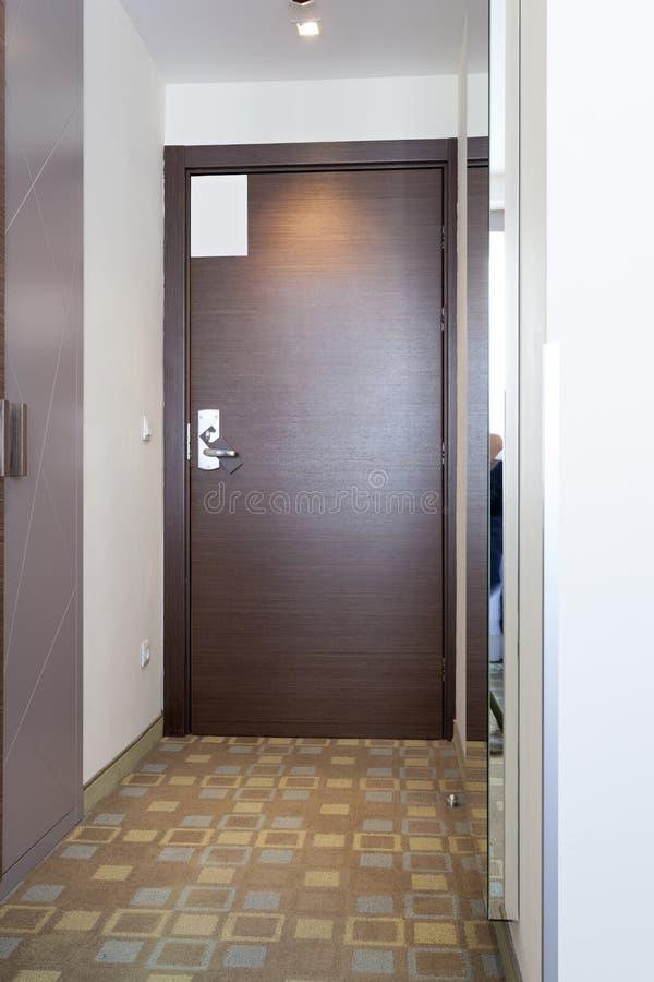 Puerta de madera en el apartamento moderno del hotel fotos de archivo libres de regalías