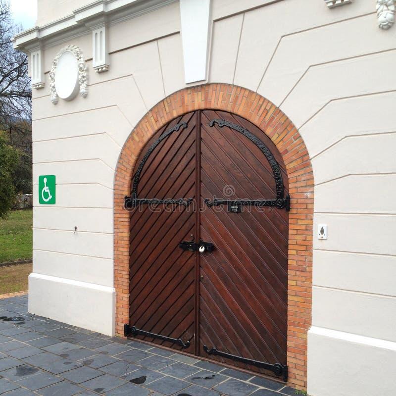 Puerta de madera en Franschoek imagenes de archivo