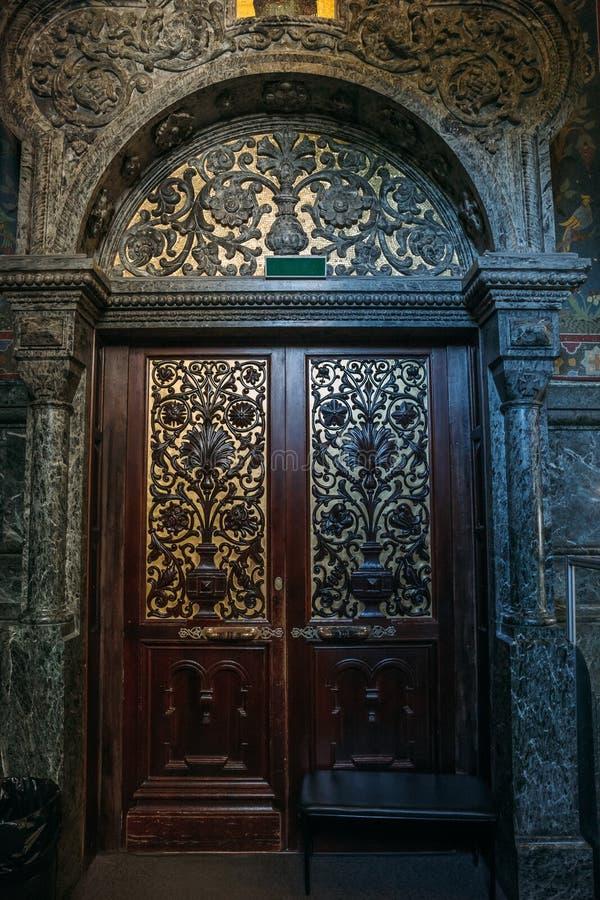 Puerta de madera en iglesia ortodoxa Técnica de talla de madera fotografía de archivo