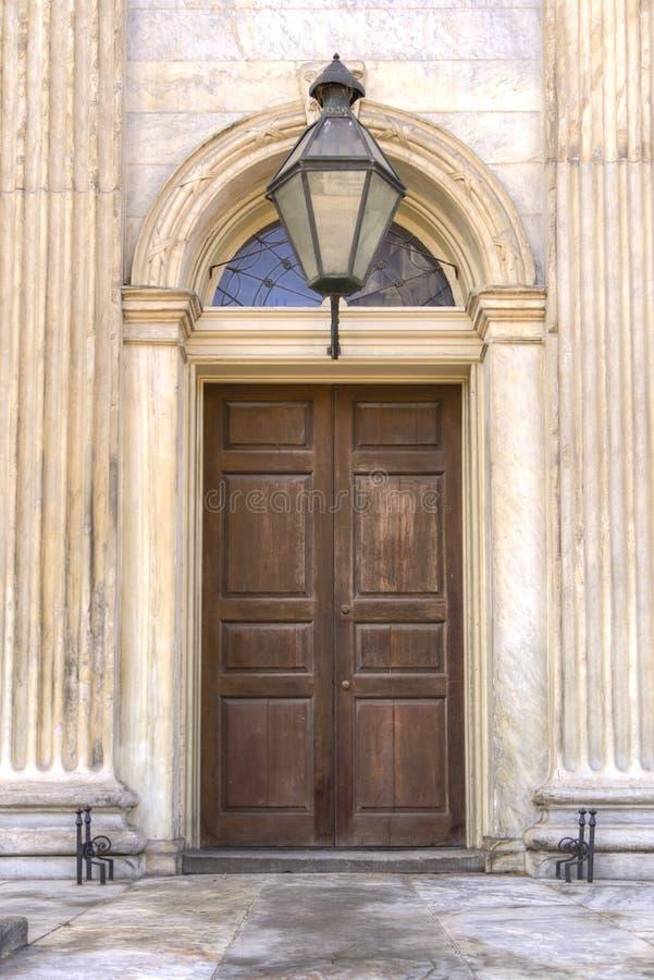 Puerta de madera en la entrada de mármol fotos de archivo