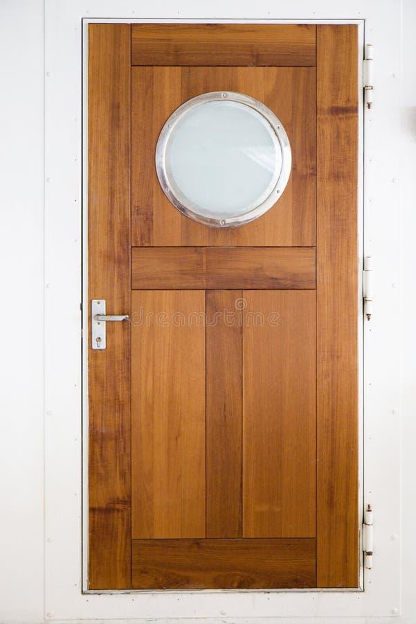 Puerta de madera en la nave imagenes de archivo