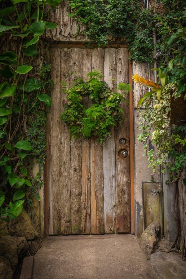 Puerta de madera en una caba a vieja en el bosque foto de for Como barnizar una puerta vieja