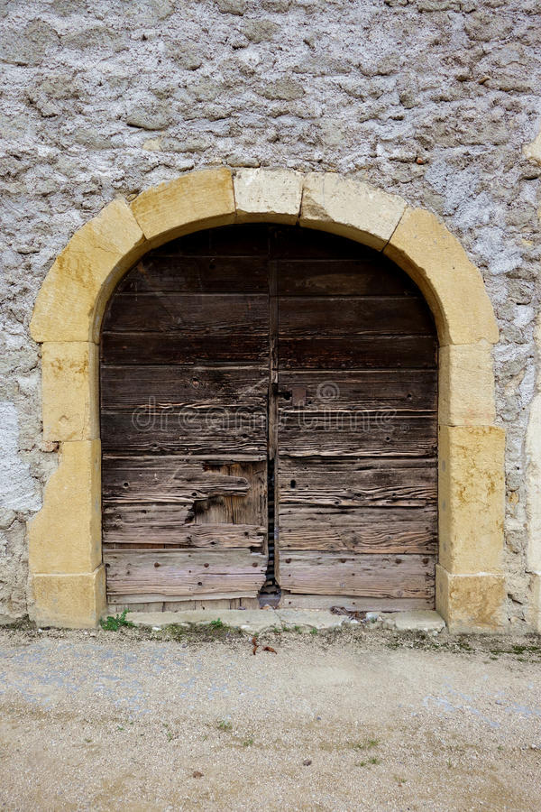 Puerta de madera europea vieja fotografía de archivo libre de regalías