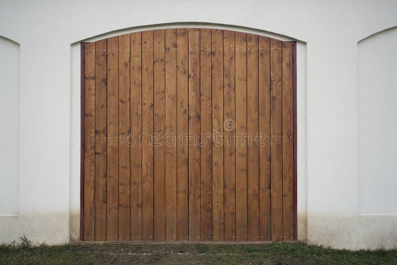 Puerta de madera grande del granero La puerta monumental de la granja, dos enmadera la hoja, la entrada marrón cerrada con los ta fotos de archivo