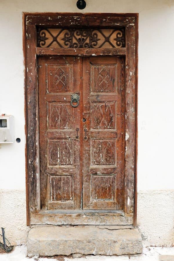 Puerta de madera Handcrafted vieja, Grecia imagen de archivo