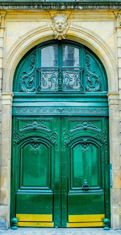 Puerta de madera hermosa de la entrada francesa del for Entradas francesas