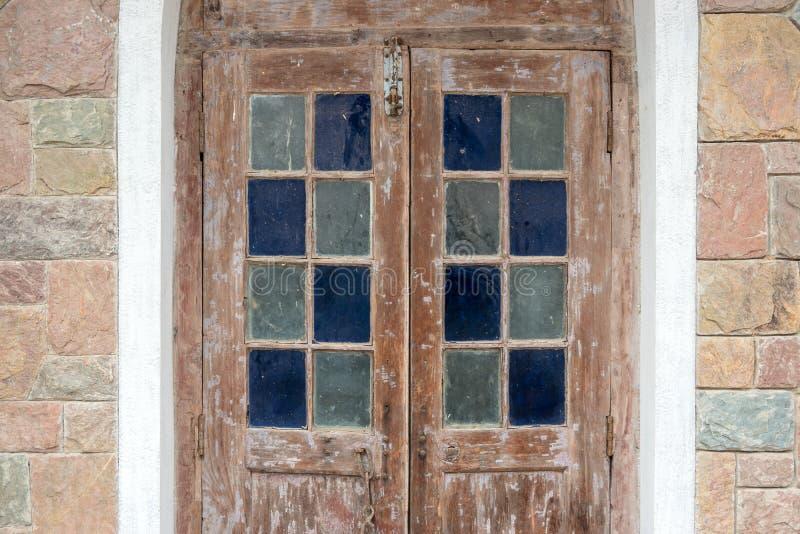 Puerta de madera de la arquitectura del vintage adornada con el vitral colorido fotografía de archivo libre de regalías