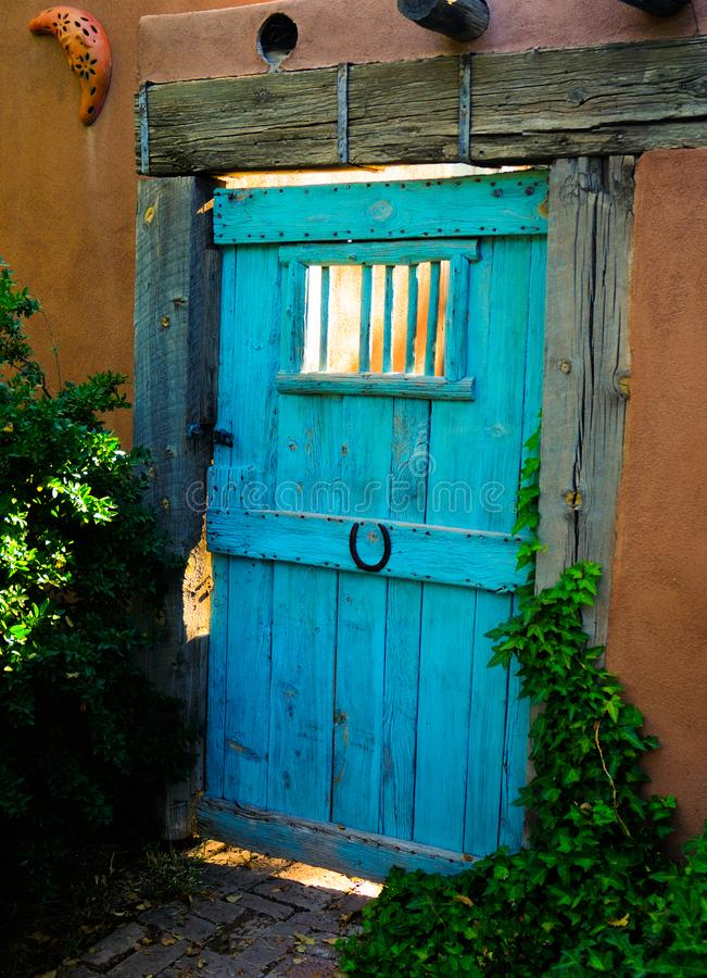 Puerta de madera de la turquesa de Santa Fe New Mexico fotos de archivo