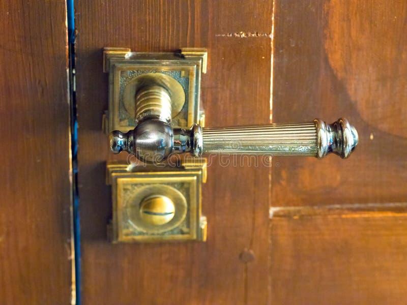 Puerta de madera levemente abierta con el primer de la manija de cierre fotos de archivo libres de regalías