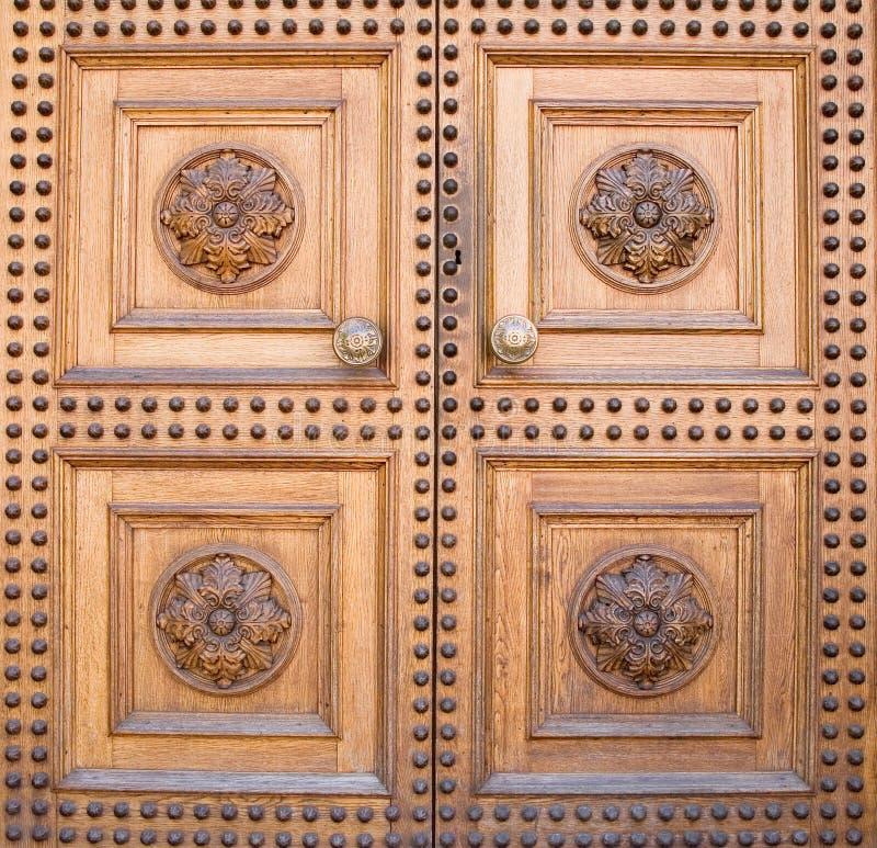 Puerta de madera ligera del castillo imagen de archivo