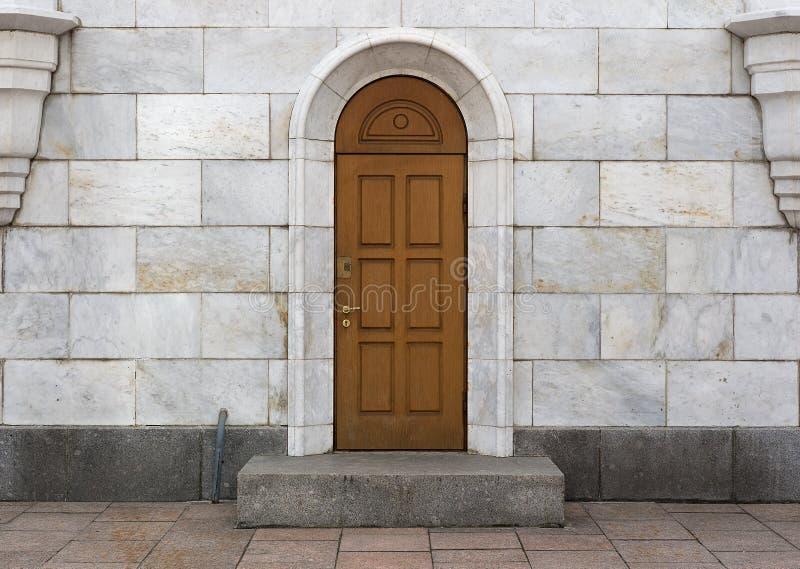 Puerta de madera, losas de mármol fotos de archivo libres de regalías