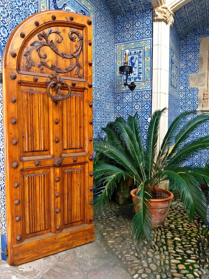 Puerta de madera magnífica en la entrada de un palacio en Cataluña fotos de archivo libres de regalías